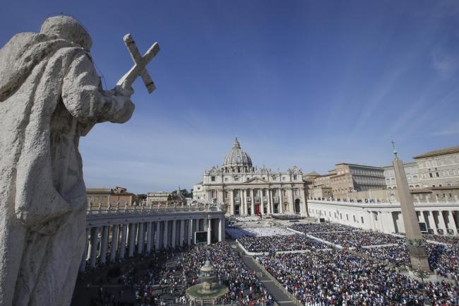 Faithful gather in St Peter's Square