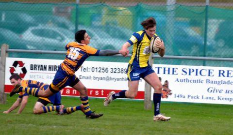Freddie Gleadowe outpaces the Beckenham defence to score Basingstoke's first try.