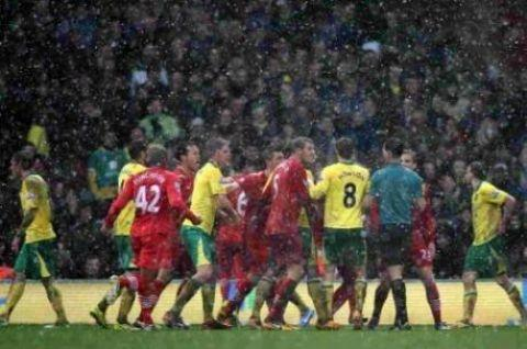 Saints players surround referee Mark Clattenburg at Carrow Road