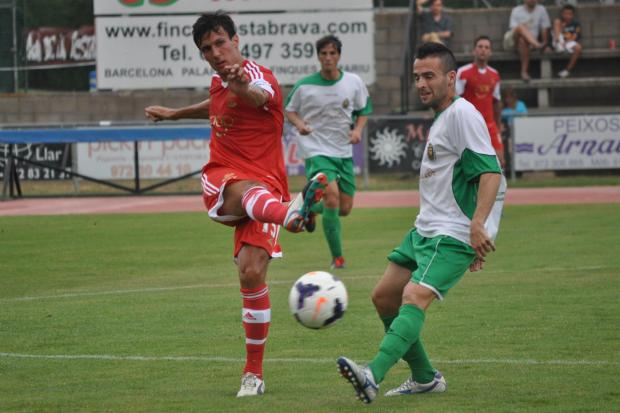 Basingstoke Gazette: Jack Cork in action for Saints against Unió Esportiva Llagostera.