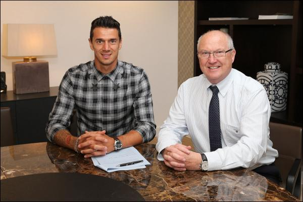 Jose Fonte signs his new contract, pictured with Les Reed. Image by Southampton FC>